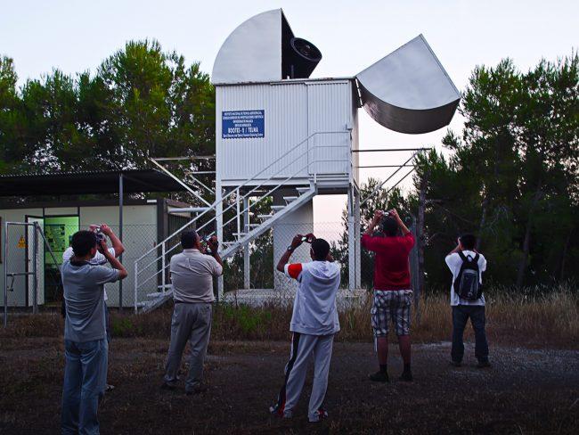 Uczestnicy konferencji obserwują i fotografują otwieranie kopuły teleskopu BOOTES-2 (Burst Optical Observer and Transient Exploring System) / Fot. Aleksander Kurek