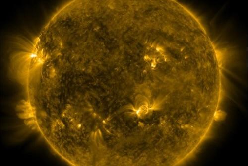Widok Słońca w dniu 15 czerwca 2011 r, o godzinie 09:24 CEST. Obszar 1236 widoczny jest na wschodniej (prawej) stronie tarczy słonecznej. / Credits - NASA, SDO