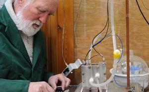 Dr hab. inż. Andrzej Borodziński z Instytutu Chemii Fizycznej PAN w Warszawie prowadzi badania nad ogniwami paliwowymi zasilanymi kwasem mrówkowym. (Źródło: IChF PAN/Grzegorz Krzyżewski)