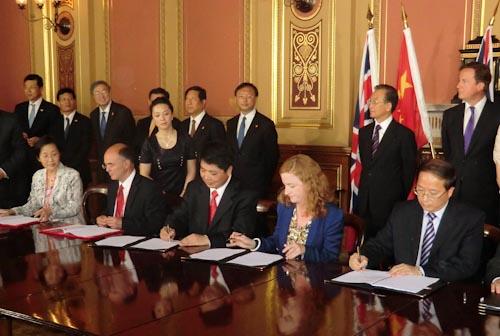Uroczystość podpisania umowy między DMCii a 21AT / Credits: DMCii