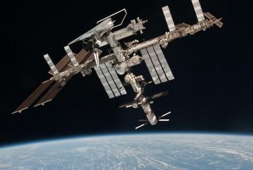 Międzynarodowa Stacja Kosmiczna z zacumowanym wahadłowcem (czerwiec 2011 r.) / Credits: NASA