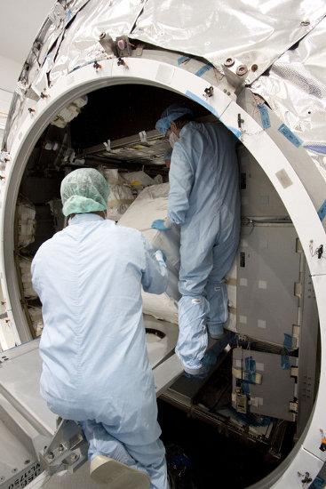 Instalacja ładunku wewnątrz MPLM. Zdjęcie z 3 czerwca 2011 / Credits - NASA