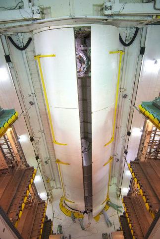 Zamykanie drzwi ładowni promu Atlantis - zdjęcie z 29 czerwca 2011 / Credis - NASA