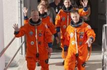 Astronauci opuszczają budynek Operations and Checkout Building, w którym są przygotowywani (np. ubierani w charakterystyczne pomarańczowe ciśnieniowe skafandry ACES), i wsiadają do czekającego Astrovana, mającego przewieźć ich na stanowisko startowe / Credits: NASA/Kim Shiflett