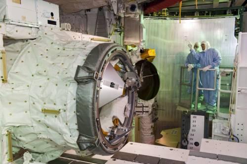 Astronauci w ramach symulowanego odliczania TCDT oglądają także zabezpieczony ładunek misji w ładowni wahadłowca Atlantis. Na zdjęciu widoczna trójka astronautów przy śluzie promu / Credits: NASA/Kim Shiflett