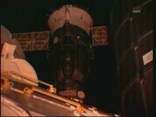 23:14 CEST - Sojuz zbliża się do ISS / Credits - NASA TV