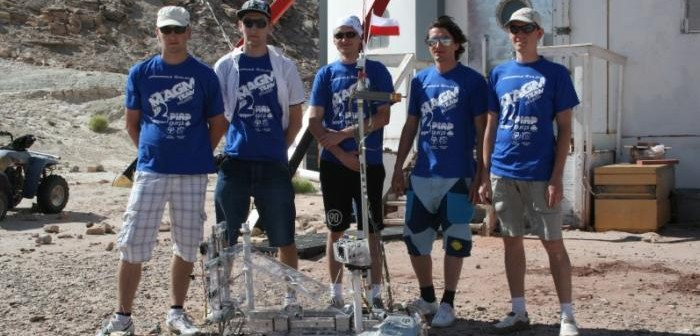 Zespół z Politechniki Białostockiej wraz z łazikiem MAGMA2 - zwycięzcy prestiżowych międzynarodowych zawodów University Rover Challenge / Credits: PlanetPR