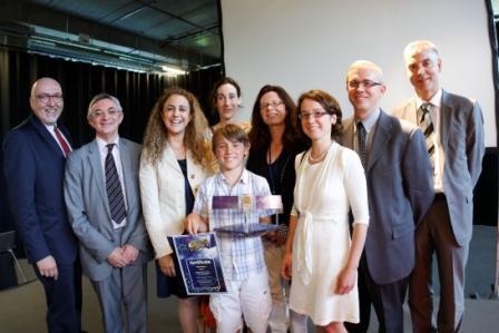 Zwycięzca konkursu, Thijs Paelman, w otoczeniu jury i przedstawicieli KE / Credits: Komisja Europejska