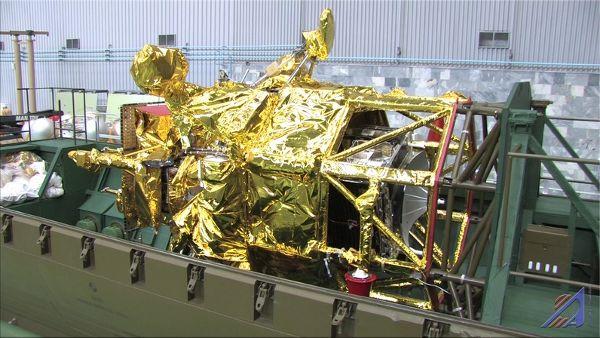 Umieszczanie sondy w rakiecie nośnej / Credits: Roskosmos