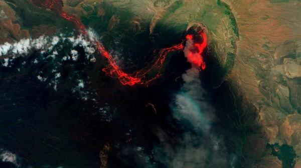 Wulkan Nabro - zakres podczerwony (kolor czerwony) i widzialny (zielony). Widoczny wypływ lawy wulkanicznej. / Credits - NASA