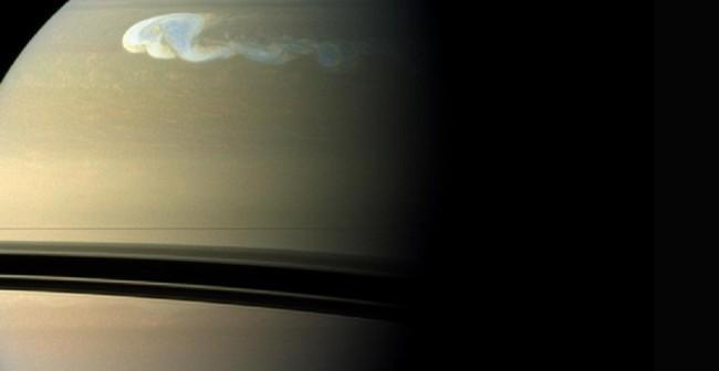Ogromna burza przemierzająca północną półkulę Saturna zatacza koło po okrążeniu całej planety. Zdjęcie w rzeczywistych barwach (co jest niejako wyjątkiem, bo w astrofotografii zwykle barwy nadaje się sztucznie) / Credit - NASA/JPL-Caltech/SSI