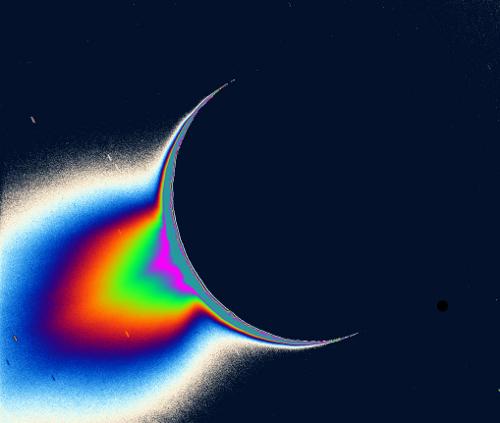 Gejzery wody na Enceladusie uwidocznione poprzez obrókę zdjęć z sondy Cassini / Credits: NASA