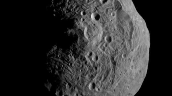 Pierwsze zdjęcie Westy wykonane przez sondę Dawn z orbity / Credits - NASA/JPL-Caltech/UCLA/MPS/DLR/IDA