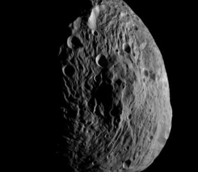 Zdjęcie planetoidy Westa, uzyskane 18 lipca 2011 roku za pomocą sondy Dawn. Wykonane z odległości 10500 kilometrów, najmniejsze, widoczne szczegóły mają około 2 kilometrów. Credit: NASA/JPL-Caltech/UCLA/MPS/DLR/IDA