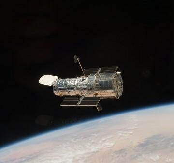 Teleskop Hubble tuż po uwolnieniu przez ramię promu - zdjęcie z misji STS-125 (maj 2009) / Credits - NASA