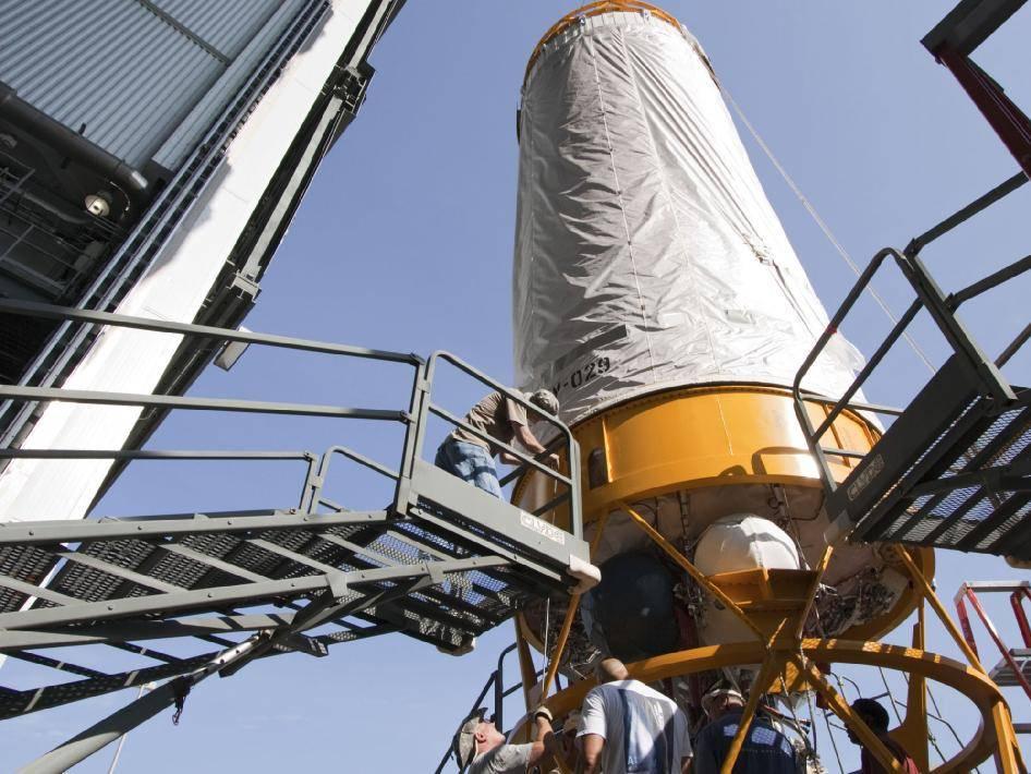 Montaż członu Centaur na rakiecie nośnej sondy Juno / Credits: NASA