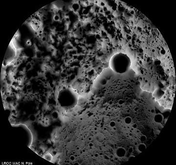 Mapa podbiegunowych obszarów księżycowych. Ciemne obszary są stale zacienione. / Credits - NASA, GSFC, Arizona State University