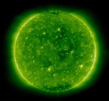20 grudnia 2008 roku, okolice oficjalnego minimum - dziury w koronie widoczne w okolicach równika słonecznego / Credits - NASA, ESA, SOHO