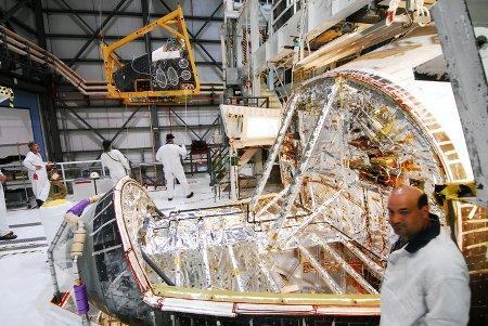 Demontaż przedniego systemu RCS. Zdjęcie z 22 marca 2011 / Credits - NASA, Jim Grossman