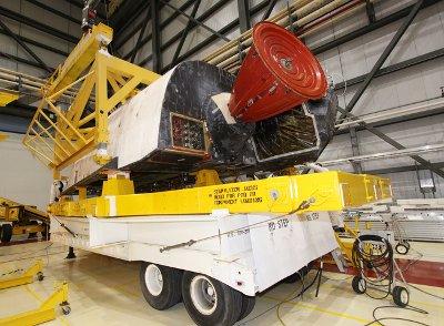Prawy OMS promu Discovery. Zdjęcie z 23 kwietnia 2011 / Credits - NASA