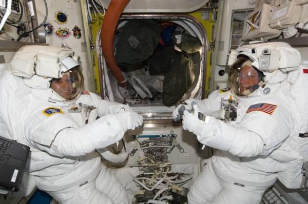 Astronauci Ron Garan i Mike Fossum przeprowadzili próbę procedur związanych z ubraniem skafandrów EMU (Extravehicular Mobility Unit), w których przeprowadzą spacer kosmiczny w czasie misji STS-135 / Credits: NASA