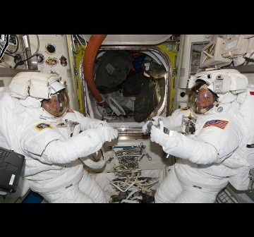 Astronauci Fossum i Garan trenują do spaceru EVA-1. Zdjęcie z 22 czerwca 2011. / Credits - NASA