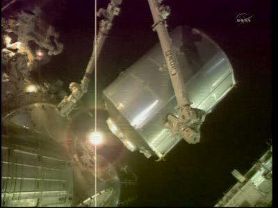 Początek przenosin modułu MPLM / Credits - NASA TV