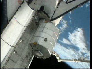 MPLM wprowadzany do ładowni promu / Credits - NASA TV