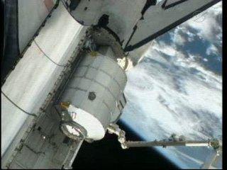 MPLM w ładowni promu / Credits - NASA TV