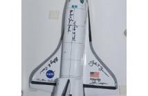 Model promu kosmicznego, wraz z autografami, który pozostal na ISS / Credits - NASA