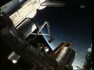 05:23 CEST - podgląd na MPLM jeszcze zainstalowany na ISS / Credits - NASA TV