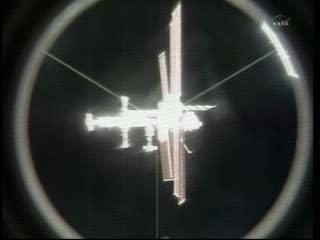 Godzina po odcumowaniu - widok na ISS / Credits - NASA TV