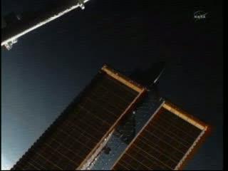 09:54 CEST - Atlantis za panelami słonecznymi / Credits - NASA TV