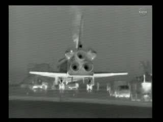 12:18 CEST - konwój przy promie Atlantis / Credits - NASA TV