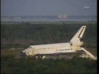 12:23 CEST - prace przy promie Atlantis / Credits - NASA TV