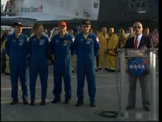 13:30 CEST - Charles Bolden i astronauci misji STS-135 / Credits - NASA TV