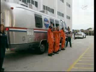 13:35 CEST (08.07.2011) - załoga misji STS-135 jedzie na wyrzutnię LC-39A / Credits - NASA TV