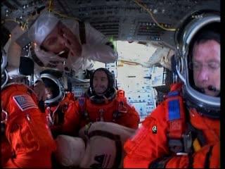 Astronauci misji STS-135 wewnątrz promu Atlantis / Credits - NASA TV