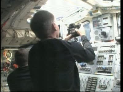Godzina 23:24 CEST - prace na pokładzie promu Atlantis / Credits - NASA TV