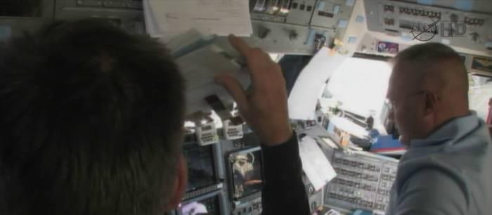 Moment zakończenia manewru NC-4. Wszystkie nieprzymocowane przedmioty (jak widoczny notatnik Fergusona) wystrzeliły z miejsca / Credits: jmvh, NASA TV