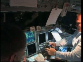 Podgląd na kokpit (górny pokład) wahadłowca, gdzie widoczny jest tzw. glass cockpit. Po prawej pilot Doug Hurley obsługujący aparat, który na pewno będzie w dniu dzisiejszym aktywnie wykorzystywany / Credits: NASA TV