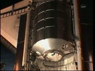 Podgląd na ładownię promu, gdzie umieszczony jest moduł logistyczny Rafaello, zawierający rekordową ilość zapasów. Moduł ten zostanie podłączony do Stacji ISS w dniu jutrzejszym (FD4) / Credits: NASA TV