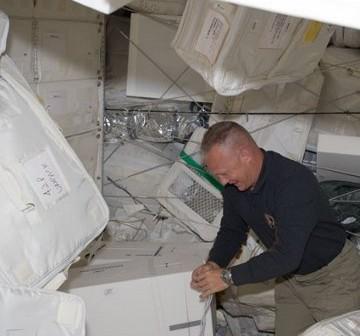 Pilot misji Douglas Hurley pracuje wewnątrz MPLM. Zdjęcie z Flight Day 4. / Credits - NASA