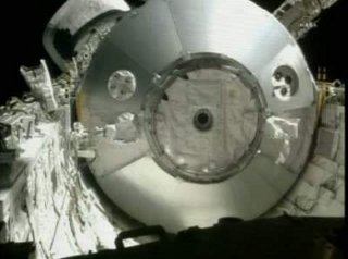 11:44 CEST - początek wyciągania MPLM z ładowni promu / Credits - NASA TV
