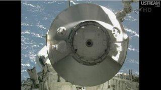 Operacja przemieszczania MPLM z ładowni promu / Credits - NASA TV