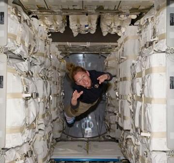 Astronautka Sandra Magnus wewnątrz modułu MPLM. Zdjęcie z 11 lipca 2011 roku. / Credits - NASA