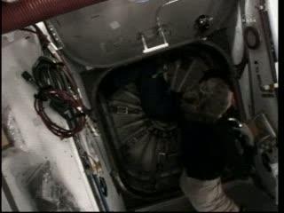 Prace przy MPLM / Credits - NASA TV