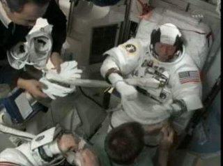 Przygotowania do EVA-1 / Credits - NASA TV