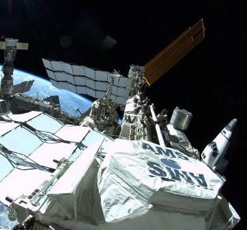 Widok z kratownicy na Stację oraz prom Atlantis. Zdjęcie wykonano podczas spaceru EVA-1 z 12 lipca 2011. / Credits - NASA