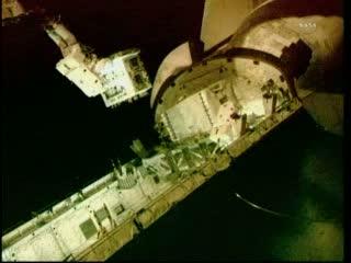 Mike Fossum z RRM nad ładownią Atlantis / Credits: NASA TV